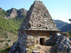 Marmaris'te ayakta kalabilen tek piramit mezar turizme kazandırılmayı bekliyor.