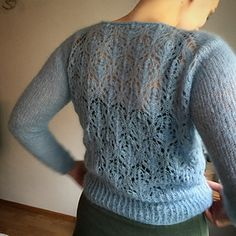 Bjørkgenser er en feminin og lett genser, som er fin til både kjoler, skjørt og bukser.