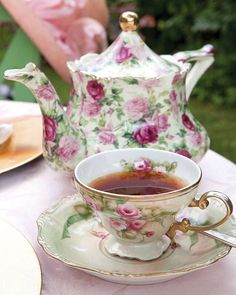wish I were sitting down at this table for a lovely cup of tea. Vintage Tea, Vintage China, Vintage Party, Café Chocolate, Chocolate Snacks, Tee Set, Teapots And Cups, Teacups, Tea Service
