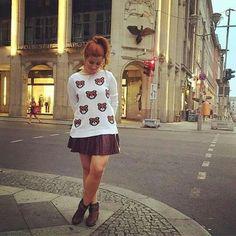 Suéter de ursinho, saía de couro e botinha... Combinação perfeita - Bianca Andrade Boca Rosa