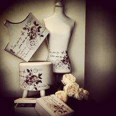 #MandarinaHome #Mandarina #busto #rosa #revistero #joyero #peonia #puff #decoración #regalo #blanco #flor