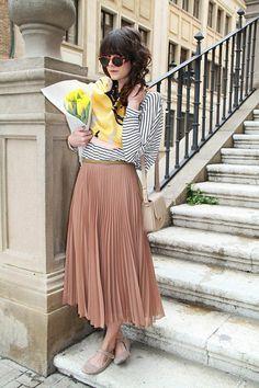 skin color long flowy skirt fpr girls method how to wear it - saia média plissada cor neutra Sheer Maxi Skirt, Maxi Skirt Style, Skirt Outfits, Pleated Skirts, Nude Skirt, Blush Skirt, Pastel Skirt, Pink Pleated Skirt, Tan Skirt