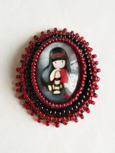 Černočervená brož GORJUSS Vyšívaná korálková brož s roztomilou holčičkou rozměry: 4,5 x 3,5 cm