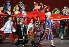CHINE Vêtus de costumes traditionnels des 56 ethnies composant la population chinoise, les enfants qui ont défilé lors de la cérémonie d'ouverture des JO le 8 août étaient tous des Hans.