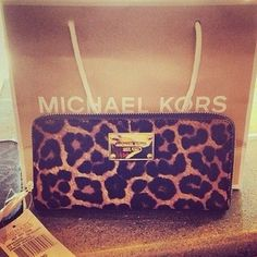 I need this!! http://official-mk-mall.de.hm $61.99 michael kors bags, handbags,mk bags, Biggest sale of the season. Michael Kors Jet Set Scarf Large Grey///$61.99