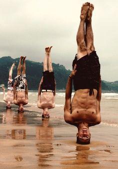 Ejercicios de equilibrio. Monjes budistas del Shaolín, China.........wait til the tide comes in!