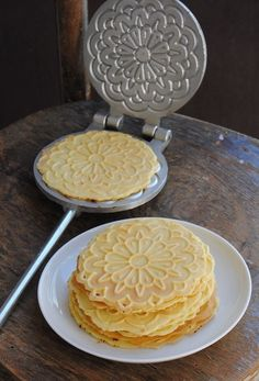 Ferratelle / Pizzelle / Cancelle made with olive oil. Italian Cookies, Italian Desserts, Italian Recipes, Cool Kitchen Gadgets, Cool Kitchens, Pizzelle Recipe, Kitchen Tops, Kitchen Utensils, Küchen Design
