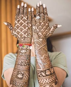 How intricate is this bridal #mehndi inspiration   Captured by: @taniasethphotography