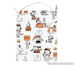 Woven from durable fabric with a handle for easy carrying, your trick-or-treater can take the whole Peanuts® gang with them as they go door-to-door. With a playful pillowcase shape and whimsical scenes of their favorite Peanuts characters Halloween Music, Halloween Night, Happy Halloween, Halloween Party, Halloween 2018, Peanuts Merchandise, Character Dress Up, Trick Or Treat Bags, Peanuts Gang