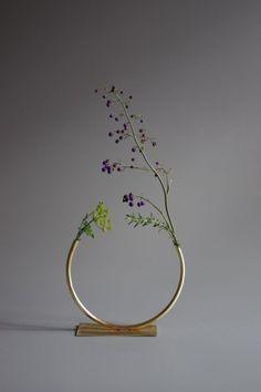 The simplistic design of this beautiful vase is stunning. Anna Varendorff Brass Vase 12 - Just Over Half a Circle Deco Floral, Arte Floral, Floral Design, Arreglos Ikebana, Minimalist Chic, Kitchen Design Minimalist, Deco Design, Home And Deco, Flower Vases