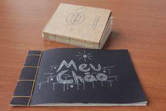 Em destaque a zine Meu Chão, e atrás o livro artesanal Costurando Contos Narrados.  Duas produções do ...mínimo diário;  #InventeUmMeio