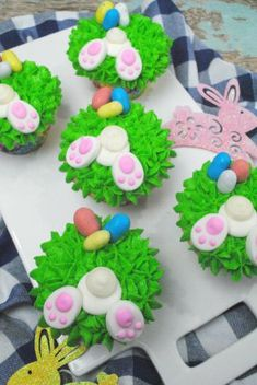 super cute easter bunny cupcakes with bunny tails and easter eggs, great for parties Easter Bunny Cupcakes, Cute Easter Bunny, Easter Cupcakes, Kids Food Crafts, Easter Crafts, Cake Decorating For Kids, Easter Recipes, Easter Ideas, Easter Eggs