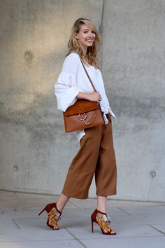 All deets: www.ohhcouture.com | Streetstyle: Chloé Faye bag, Zara fringe heels, culottes, oversized blouse, brown shades #ohhcouture