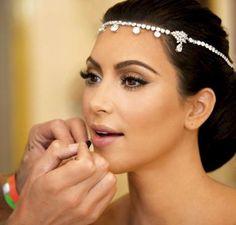 La guapísima Kim Kardashian luciendo un maquillaje muy apropiado y acertado para novia, enfatizando en las pestañas. Si quieres lucir un look parecido para tu boda no dudes en contactar con Barbara Montes, tu maquilladora en Valencia