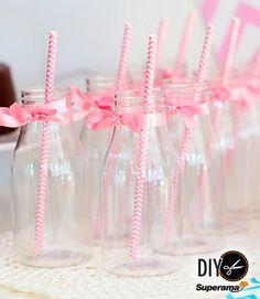 #DIY ¿Es el bautizo o cumpleaños de tu hija? Haz tus propios vasos con frascos limpios, listón y coloridos popotes.