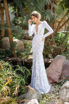 El modelo Jasmine de Julie Vino es un escultural vestido de novia realizado en encaje con manga larga