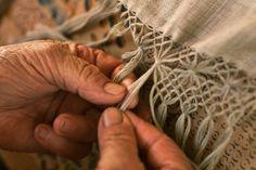 Flavia Aranha cria moda atemporal, num processo de tingimento com plantas e confecção do próprio tecido // Notícias // FFW