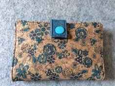 Portefeuille Compère en liège illustré bleu cousu par Bibiche Bricole - Patron Sacôtin