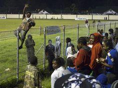 Die brutale Welt des west-neuguineischen Fußballs | VICE Soccer, Reading, Sports, Travel, Adhesive, Viajes, Futbol, Hs Sports, Football