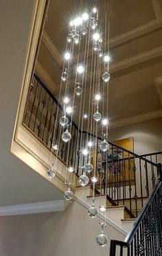 hängende lampen über modern aussehenden treppen