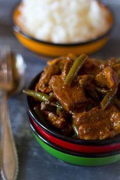 Pittige sperziebonen speklapjes recept. Een snel en simpel pittig gerecht met currypasta, ketjap en santen. Lekker met gekookte witte rijst.