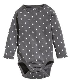 CONSCIOUS. Long-sleeved bodysuit in soft organic cotton jersey with a printed pattern. Concealed snap fastener on one shoulder and snap fasteners at gusset.