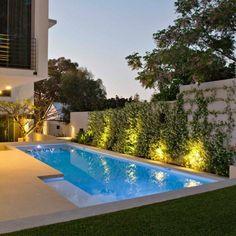 diseño moderno de piscina para esquina de jardín