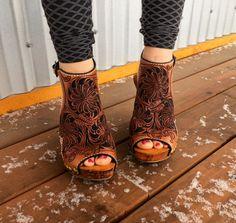 Hand Tooled Leder recycelt Keil Sandale