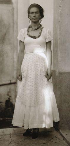 Frida Kahlo, photo by Guillermo Davila (1929)
