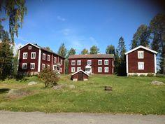 Emigrantmuseet i Alfta. Världsarvet Hälsingegårdar. Swedish Style, Swedish House, Farms, Interior And Exterior, Folk Art, Scandinavian, Buildings, Mountain, Houses