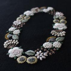 * 『Little flower wreath / 小さな花のリース』完成! * 〈樋口愉美子の刺繍時間〉より * ちょっと大人っぽく写っていますが、実物はもっともっとかわいいのです。(親バカ) * 一見大変そうにも見えますが、6本取りで埋めていく面やストレートSひと刺しで花びら1枚って部分が多いので、チェーンSで埋めるよりサクサク進んだように感じます。 * 今回の課題はフレンチナッツS。糸の本数が多いほど糸の引き加減や使用針の太さでナッツのサイズがいかようにも変化し、密度にバラツキが出ました。凝視していると大仏ヘアにしか見えなくなってきました。 * * #embroidery #flowerembroidery #yumikohiguchi #littleflowerwreath #flowerwreath #刺繍 #樋口愉美子 #樋口愉美子の刺繍時間 #小さな花のリース #撮影難しい #一挙大放出したいけど #リクエストがあれば #やっちゃいます #次はムフフ