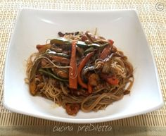 Spaghetti di riso verdure e gamberetti