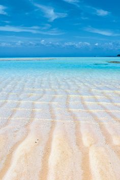 百合ヶ浜 日本 / 鹿児島 与論島の沖合にあり、地上の楽園のような絶景が広がる百合ヶ浜。透明度が高いエメラルドグリーンの海に浮かび上がる真っ白なサンドバー(砂州)は、春から夏にかけての干潮時のみ姿を現す。日によって出現する位置や大きさを変え、わずか数時間で消えてしまう幻のスポットだ。