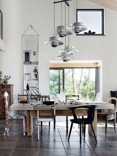 RESTYLING CLOSETS: Nos encanta esta propuesta decorativa.... ¡Una silla de cada tipo para el comedor!