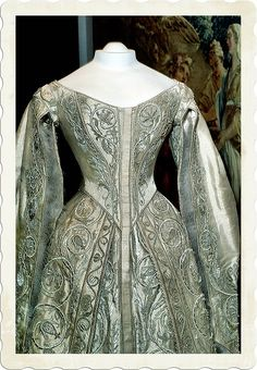 Catherine the Great Wedding Dress, (c) Kremlin Armory, Moscow, Russia photography (c) William F. Adams I loved reading Catherine the Great! Vintage Gowns, Vintage Outfits, Vintage Fashion, Vintage Hats, French Fashion, Victorian Fashion, Historical Costume, Historical Clothing, Historical Dress