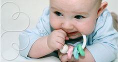 Quando os primeiros dentinhos começam a aparecer o bebê fica bem inquieto. É normal que ele fique um pouco choroso, com falta de apetite, febre baixa e fezes mais amolecidas.