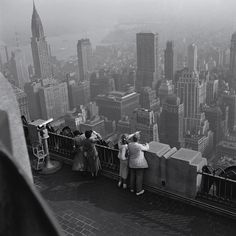 1949 New York Photo: Burt Glinn (assuming from the Empire State observatory). 1920s, Photographer Portfolio, Vintage New York, Rockefeller Center, I Love Ny, City That Never Sleeps, Magnum Photos, Black And White Pictures, Old Photos