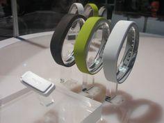 ソニー、リストバンド型NFC対応活動量計 SmartBand 発表。パートナーからアプリ、アクセ登場 - Engadget Japanese Band, Health, Sash, Health Care, Bands, Salud