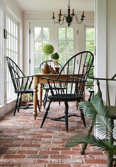 brick flooring The Connecticut sunroom features sweeping vistas of the lush greenery beyond. Abundant windows allow for easy flow between the indoor space and the garden. Style At Home, Style Blog, Connecticut, Sunroom Windows, Ceiling Windows, Large Windows, Cosy Home, Brick Flooring, Flooring Ideas