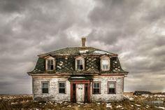 Hauntingly beautiful abandoned home in Yarmouth, Nova Scotia. [2991x1994] [OC]