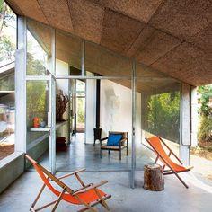 Une terrasse couverte par des tuiles en béton - Des amis Bordelais se partagent cette maison qui reflète avec précision leurs envies. Lumineuse et spacieuse, cette résidence secondaire est avant tout un lieu de repos qui va droit à l'essentiel ; c'est-à-dire l'environnement et la simplicité.