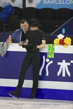 タブレットで撮影した映像を確認し、ジャンプの修正に取り組む羽生結弦。左はコーチのブライアン・オーサー