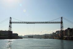 JE04: De beroemde brug 'Brug van Vizcaya' staat op de Werelderfgoedlijst van UNESCO. Voor circa 7 euro kun je met de lift naar boven en de oversteek maken naar de overkant. Terug kan via de gondola. Een gondel waar een paar auto's en voetgangers in kunnen.