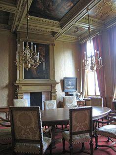 Raum im Amsterdamer Trippenhuis, mit hinten rechts (wenn ich nicht irre) dem Schreibtisch des niederländischen Nobelpreisträgers Hendrik Lorentz. http://www.claudoscope.eu/trippenhuis-trippenhaus-amsterdam/#sthash.RiR6hOLo.dpuf