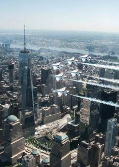 A great USAF Thunderbird flyby of One World Trade Center