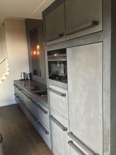 Light grijs beton ciré keuken industrieël [JB] Kitchen Cabinets, Kitchen Appliances, French Door Refrigerator, Double Vanity, Table, Home Decor, Diy Kitchen Appliances, Home Appliances, Decoration Home