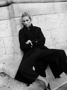Anja Rubik poses in Paris for Zara's new editorial called, markBack to Minimal. Featuring fall-winter 2019 styles, basic pieces stand out in studio and… Anja Rubik, All Black Looks, Fall Looks, Zara Suits, Color Beige, Striped Blazer, Fashion Catalogue, Zara Women, Color Negra