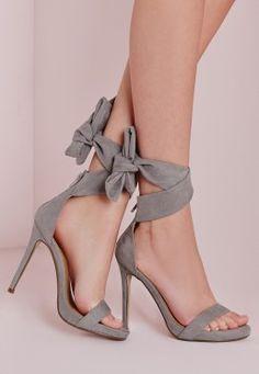Sandales grises à talon avec bandes à nouer