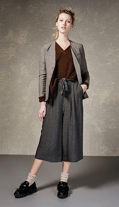 рождается современный гардероб, включающий в себя, на первый взгляд, простые и повседневные модели наряду с богатыми элементами и произведениями в стиле высокой моды.