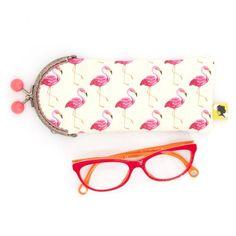 Etui lunette original, illustré de flamants roses, fait-main avec fermoir clip en métal, cadeau pour femme, pour la fete des meres, 8x19 cm Clip, Sunglasses Case, Etsy, Flamingos, Mini Bag, Lobster Clasp, Unique Jewelry, Handmade
